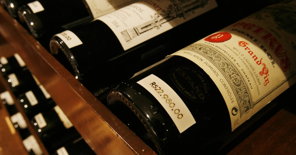 2out2007-garrafas-do-vinho-petrus-pomerol-na-loja-da-importadora-expand-em-sao-paulo-sp-1360181248346_956x500